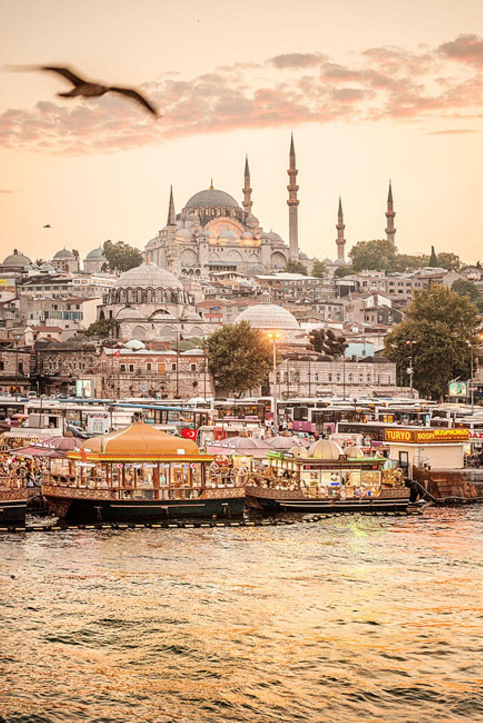 Reisetipps: Die Sueleymaniye Moschee ist eine der größten der Stadt und wurde im 16. Jahrhundert in nur sieben Jahren erbaut