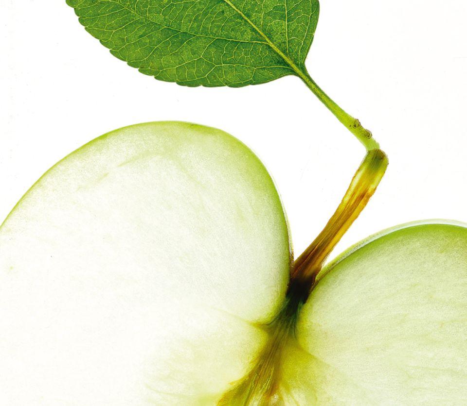 Sport: Wer länger als eine Stunde Sport treibt, sollte Energie in Form von Kohlenhydraten aufnehmen - dafür eignen sich zuckerhaltige Früchte, etwa Äpfel, oder Saftschorle