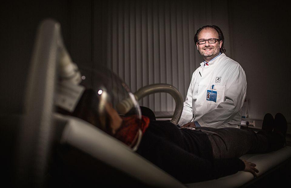 Psychologie: Dr. Thomas Ellrot erforscht als Ernährungspsychologe Essverhalten, Fettsucht und Strategien zur Gewichtsstabilisierung an der Universität Göttingen (hier mit einem Messgerät, im Vordergrund, das den Kalorienverbrauch eines Probanden ermittelt)