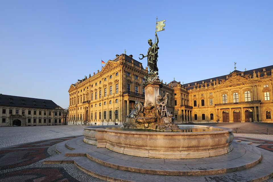 Reisetipps: Der Frankoniabrunnen und die Würzburger Residenz zählen zum UNESCO Weltkulturerbe