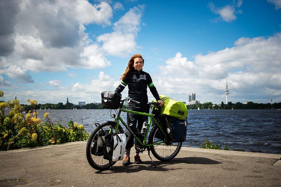 """Fahrradreise: """"Bin topfit"""": Die Hamburgerin Carmen Mickley, 45, Veganerin, FC St. Pauli-Fan und Mitglied der Triathlon-Sparte des Hamburger Kult-Vereins"""