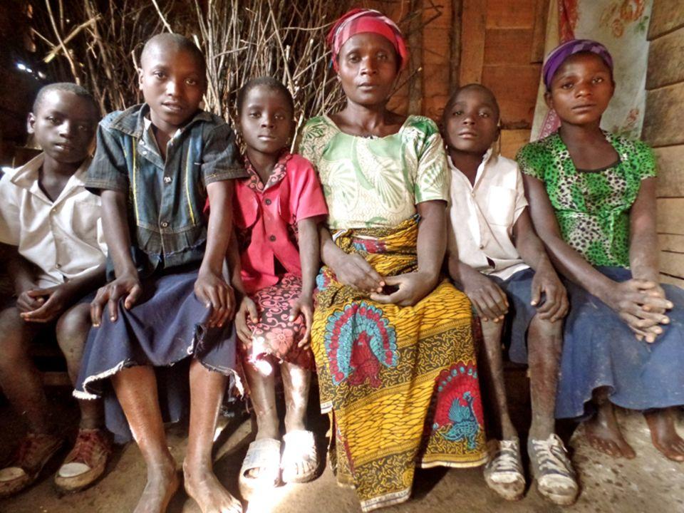 Demokratische Republik Kongo: Auch die Witwe Nzabonimpa Bahamisi, hier mit fünf ihrer sechs Kinder, braucht nach dem Tod ihres Mannes Hilfe beim Aufbau einer eigenen Zukunft – mit Aus- und Weiterbildung, einem gesicherten Einkommen