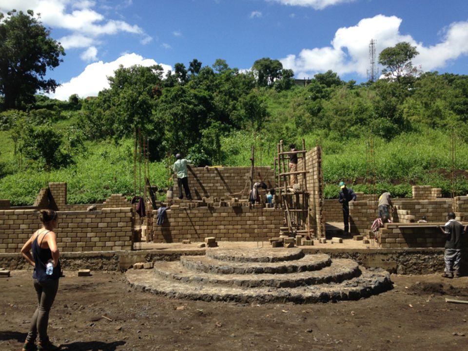 Demokratische Republik Kongo: Baustand am 23. November 2015: Die künftige Eingangstreppe ist angelegt, nun werden die Außenmauern hochgezogen