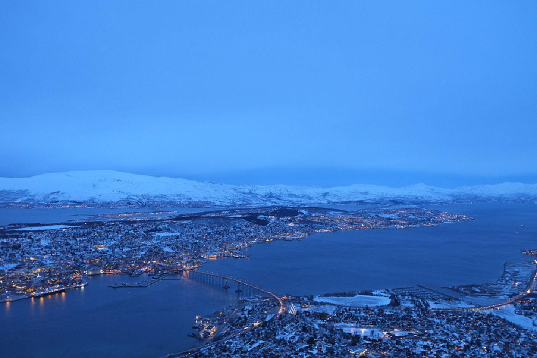 Polarlichter: Die Stadt wird geteilt vom Tromsøysund, die Altstadt befindet sich auf der Insel Tromsøya