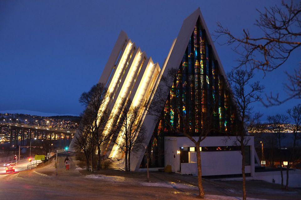 Polarlichter: Die Eismeerkathedrale gilt seit ihrer Erbauung 1965 als Wahrzeichen der Stadt