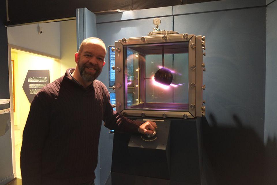 Polarlichter: Per Helge Nylund erklärt den Besuchern des Tromsø University Museum nicht nur den wissenschaftlichen Aspekt der Polarlichter sondern er kann sie vor Ort gleich produzieren