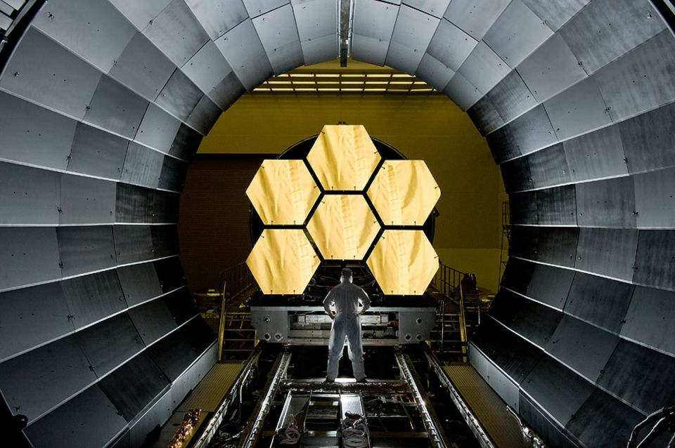 James-Webb-Teleskop: Goldene Aussicht: Ingenieure bereiten sechs der 18 Spiegelsegmente des James-Webb-Teleskops für einen Kältetest vor. Sie wollen prüfen, wie sich die Sechsecke aus Beryllium bei extremen Minusgraden verhalten