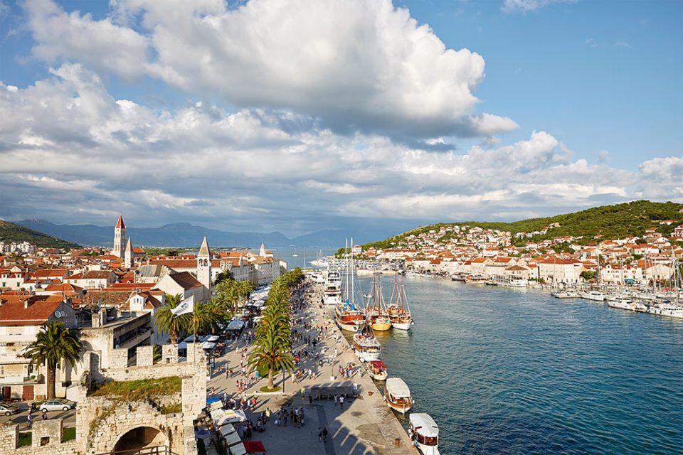 Kroatien: Der Hefen von Trogir ist kein richtiger Geheimtipp mehr. Dennoch ist hier bedeutend weniger los als in Dubrovnik und zum Weltkulturerbe zählt die Altstadt samt Uferpromenade und Stadtmauer auch