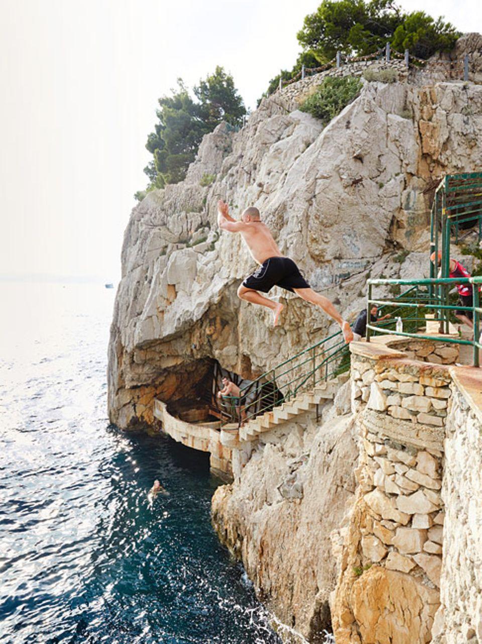 Kroatien: Wo kein Strand ist, hilft auch der Sprung von der Felsklippe für Erfrischung, wie hier in Makarska