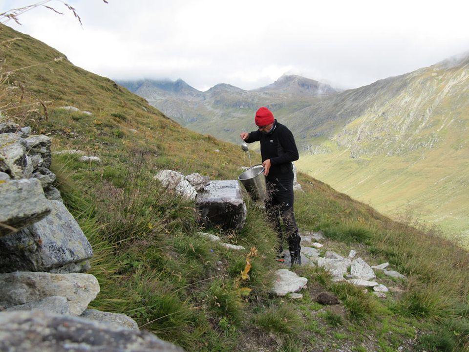 Auszeit: Uwe Fitzek holt sein Trinkwasser für den Kaffee - auf der Alm auf 2700 Metern Höhe gibt es keinen Strom, kein fließend Wasser und auch keinen Handyempfang