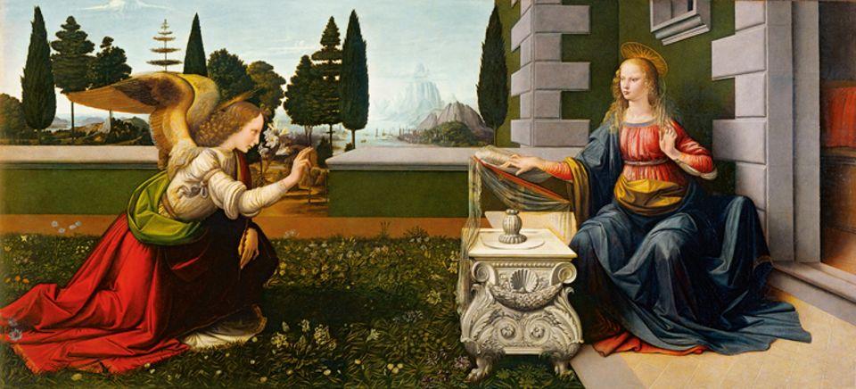 """Renaissance: """"Verkündigung"""": Leonardo da Vinci fertigt nur rund ein Dutzend Gemälde. Dieses Bild entsteht um 1473, als er seine Künstlerausbildung in Florenz wohl gerade abgeschlossen hat. Zwar sind die Proportionen Marias, der ein Engel gerade die Empfängnis des Gottessohnes ankündigt, nicht stimmig, doch Naturdetails gibt der künftige Meister exakt wieder"""