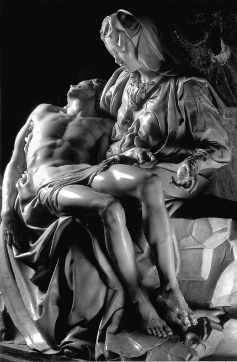 """Portfolio: """"Pietà"""": Hingebungsvoll hält die trauernde Gottesmutter den toten Jesus im Arm. Mit der 1499 vollendeten Skulptur beweist der 24-jährige Künstler seine handwerkliche Könnerschaft: Jeder Muskel, jede Gewandfalte ist makellos und nach der Natur modelliert"""