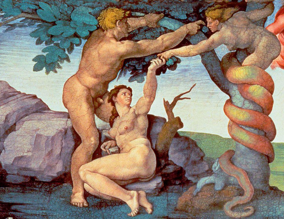 """Portfolio: """"Sündenfall"""": Hunderte Figuren malt Michelangelo an die Decke der Sixtinischen Kapelle. Besonders ungewöhnlich stellt er Adam und Eva dar: Bis dahin zeigten Künstler das erste Menschenpaar üblicherweise stehend im Garten Eden. Der Florentiner Meister aber malt Eva im Sitzen, wie sie sich voller Neugierde der Schlange zuwendet, und lässt auch Adam in den Baum der Erkenntnis greifen"""