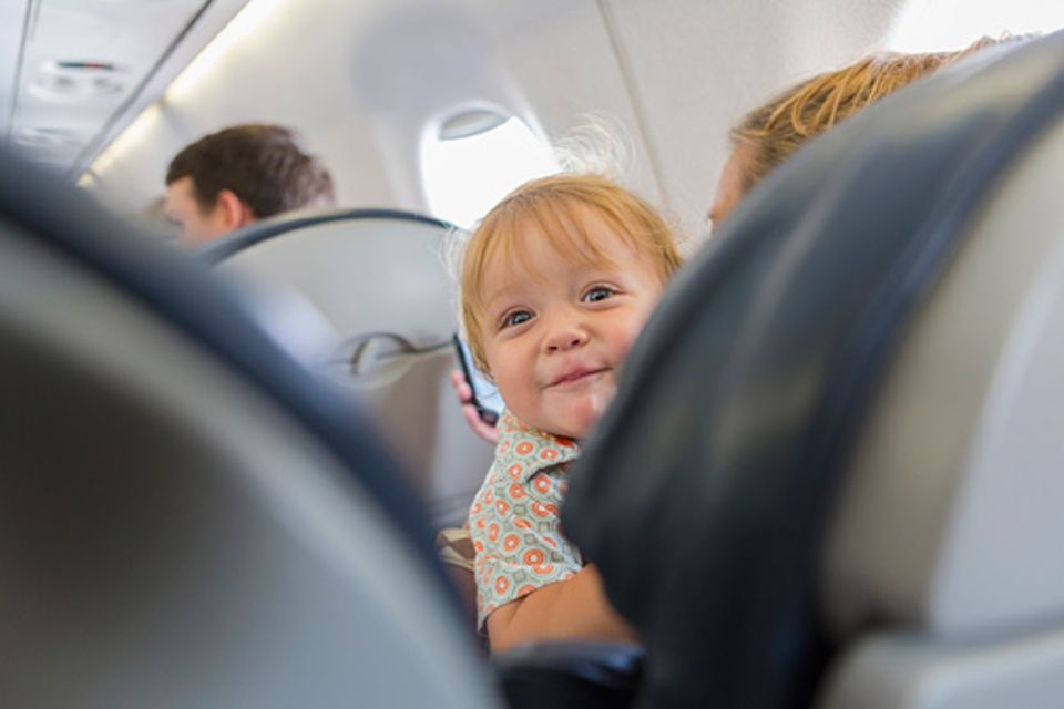 Flugreisen: Selbst ein Laptop muss bei Start und Landung sicher verstaut werden. Wie kann es sein, dass Kinder noch immer auf dem Schoß fliegen dürfen?