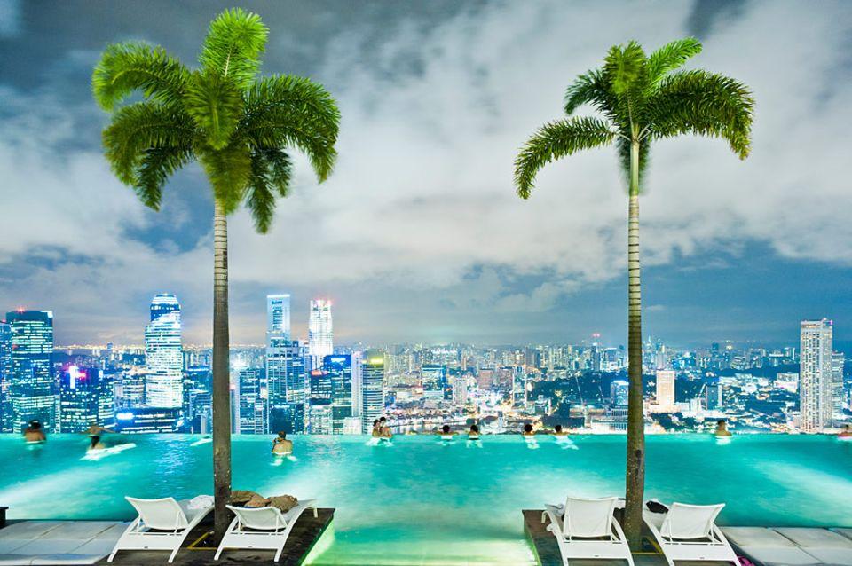 Zwischenstopp Zukunft: Spätestens mit dem Bronze-Abzeichen können auch Kinder die Sicht aus dem Infinity Pool des Marina Bay Sands Hotel genießen