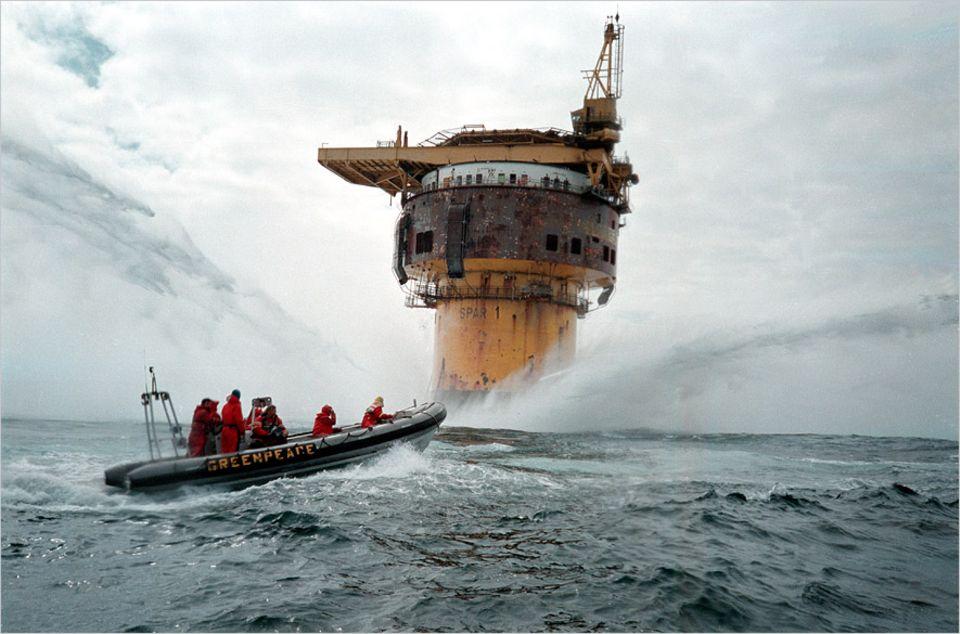 Ölindustrie in der Nordsee: 16. Juni 1995: Greenpeace-Aktivisten besetzen zum zweiten Mal die ausgediente Ölplattform Brent Spar. Shell-Mitarbeiter und Sicherheitskräfte versuchen, sie mit Wasserwerfern daran zu hindern