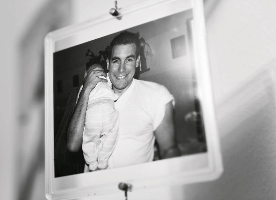 Der verstorbene Andreas Riedinger mit seiner neugeborenen Tochter: Das Bild hängt in Svenjas Kinderzimmer. Manches, was ihm gehörte, verwendet die Familie im Alltag bewusst weiter - um die Erinnerung nicht erstarren zu lassen