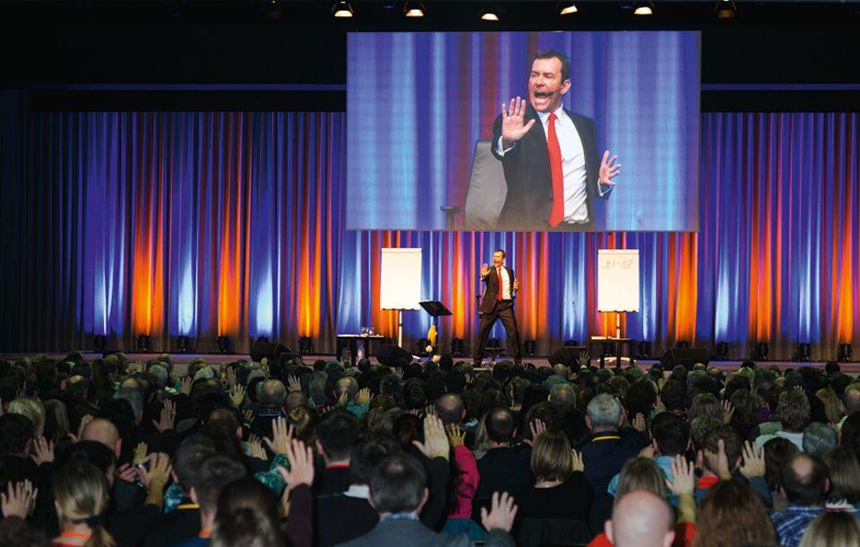 Jürgen Höller versucht, Menschen zu motivieren. Seine Vorträge locken Erfolgswillige und Unzufriedene, etwa in das Kongresszentrum von Basel