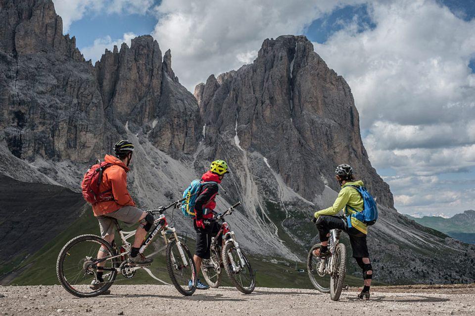 Val Gardena: Der Blick schweift noch einmal in die Ferne. Dann folgt die letzte Abfahrt der Sella Ronda zurück zum Ausgangspunkt Wolkenstein