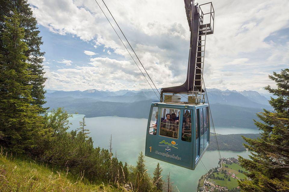 Ausflüge: In vier Minuten bringt die Seilbahn Besucher von Walchensee fast bis auf den Gipfel des Herzogstand