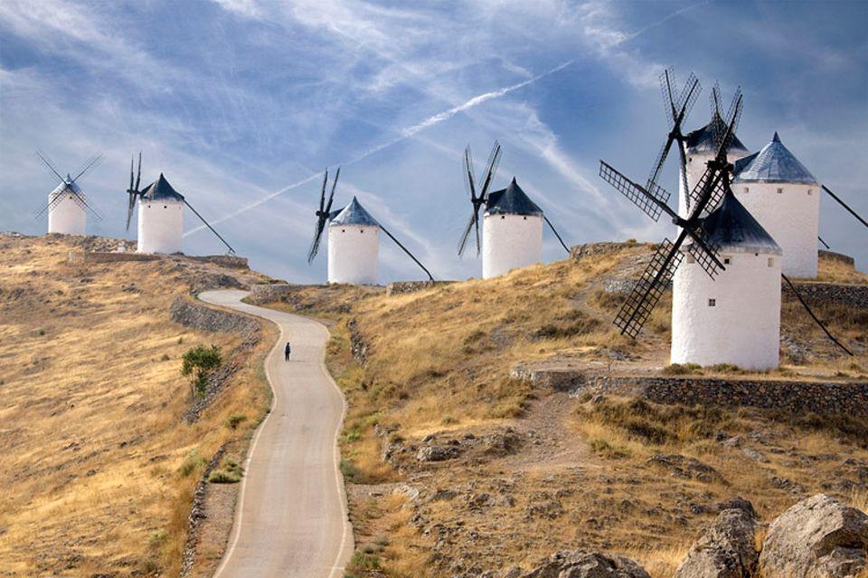 Redewendung: Don Quijote versucht im gleichnamigen Roman gegen Windmühlen zu kämpfen, weil er sie für feindliche Riesen hält