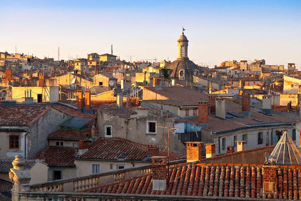 Städtereise: In den Gassen Montpelliers taucht die Kuppel des Hôtel Saint Côme inmitten von 80 Stadtpalästen fast unter