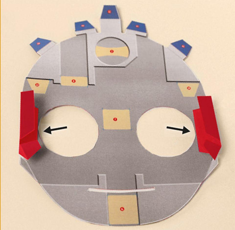 Basteltipp: Trennt alle Einzelteile vorsichtig aus dem Karton. Knickt sie entlang der rot gestrichelten Linien, und zwar so, dass jeweils ein Bergfalz entsteht – der Knick ist oben, auf dem Berg. Achtet gut darauf! Das KNICKEN wird leichter, wenn ihr ein Lineal an den Kanten anlegt. Nun nimmt Flobi Form an: Klebt die Einzelteile in der genauen Reihenfolge der Zahlen zusammen: also 1 auf 1 , dann 2 auf 2 … ACHTUNG: Die jeweils angesprochenen Teile sind nur in dieser Anleitung rot eingefärbt!