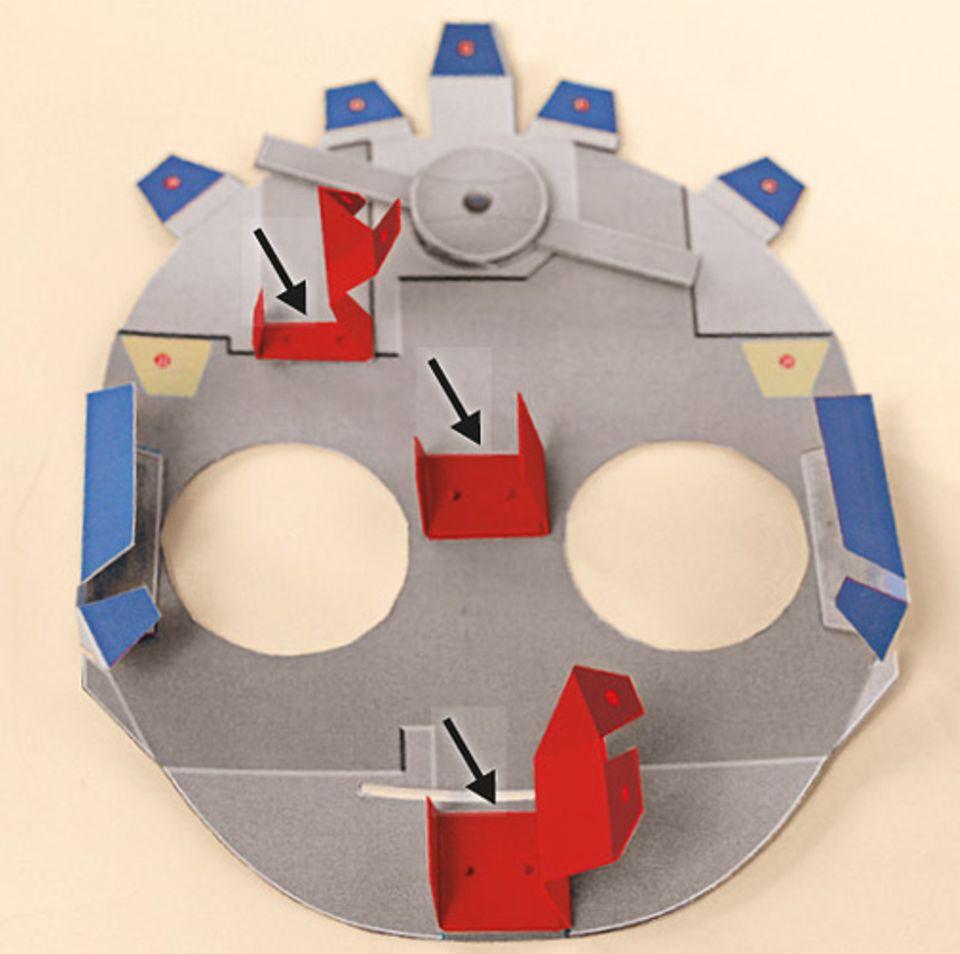 Basteltipp: Achtet beim KLEBEN der Teile 6 bis 8 darauf, dass sie richtig herum – wie auf dem Foto zu sehen – auf dem Papierkopf haften.