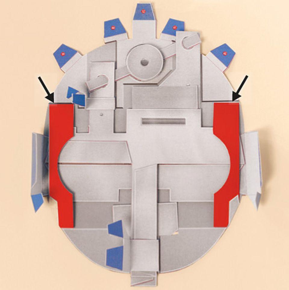 Basteltipp: Jetzt wird's friemelig: Schiebt die Doppellaschen 24 bis 32 nacheinander durch die Schlitze auf der RÜCKWAND und klebt dann wieder die passenden Zahlen aufeinander.