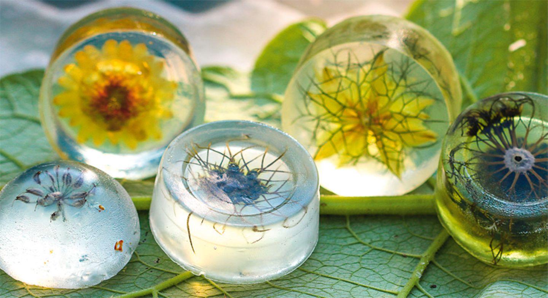 Basteln: Hübsch und farbenfroh: selbstgemachte Blütenseifen