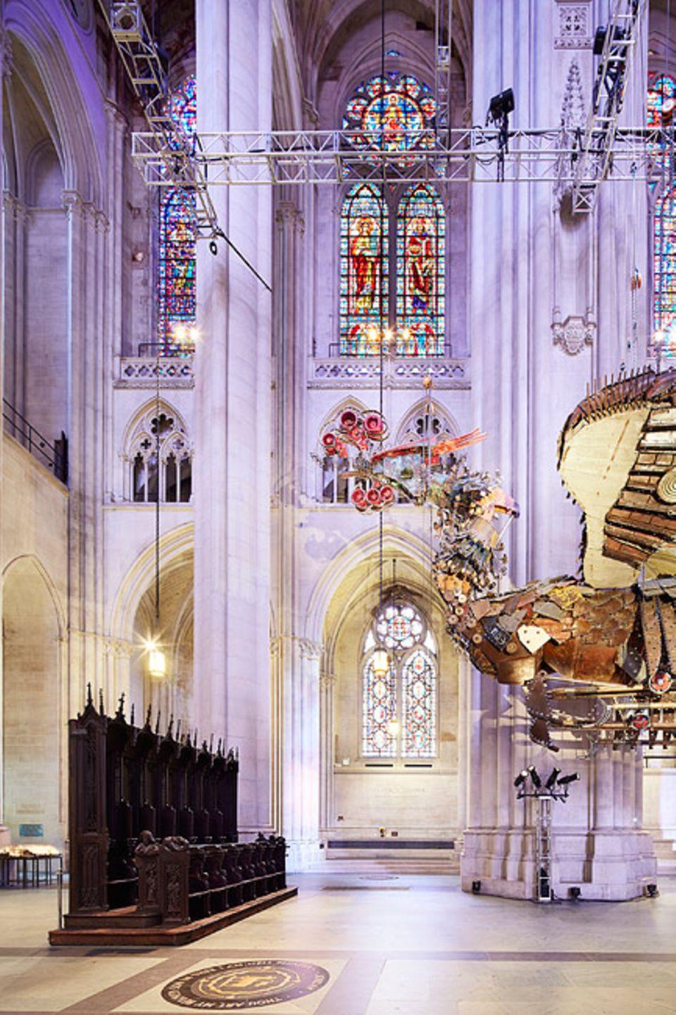 """Städtereise: Die Kathedrale St. John The Divine lässt moderne Kunst in ihre Heilige Halle, hier zu sehen den """"Phoenix"""" des Chinesen Xu Bing"""