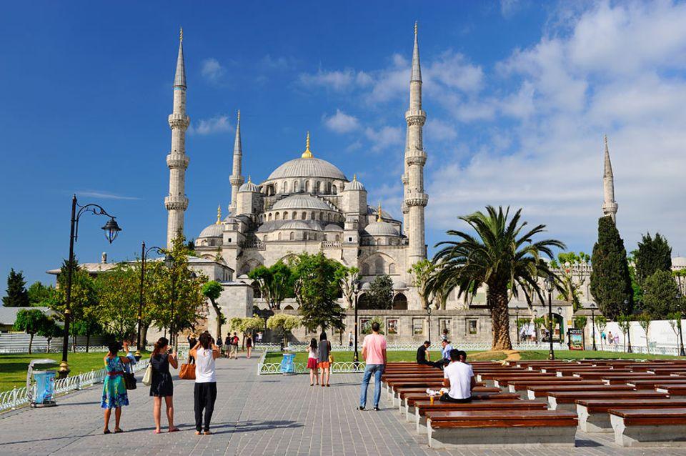Stadtwandern: Die Blaue Moschee in Istanbul lässt sich auf einer Stadtwanderung aus einer anderen Perspektive erleben