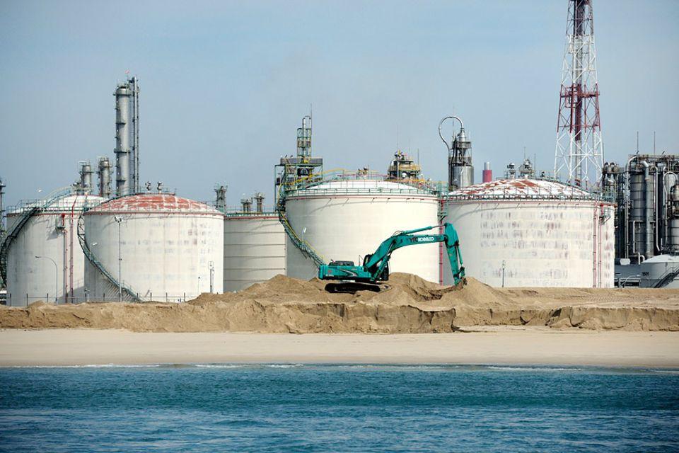 Singapur: Jurong Island im Südwesten von Singapur: Tonnenweise Sand machte aus sieben kleinen Inseln ein Industriegebiet
