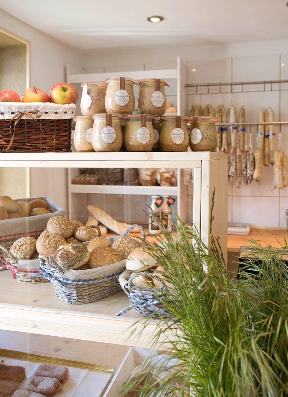 """Insel Öhe: Der hauseigene Bio-Laden ist gefüllt mit Salami, Pasteten und Rinder-Rillette made in Rügen. Feinkost-Metzger Marcus Bauermann von der """"Rügener Landschlachterei"""" in Parchtitz verarbeitet das Fleisch der Öhe-Bio-Rinder zu Spitzen-Produkten"""