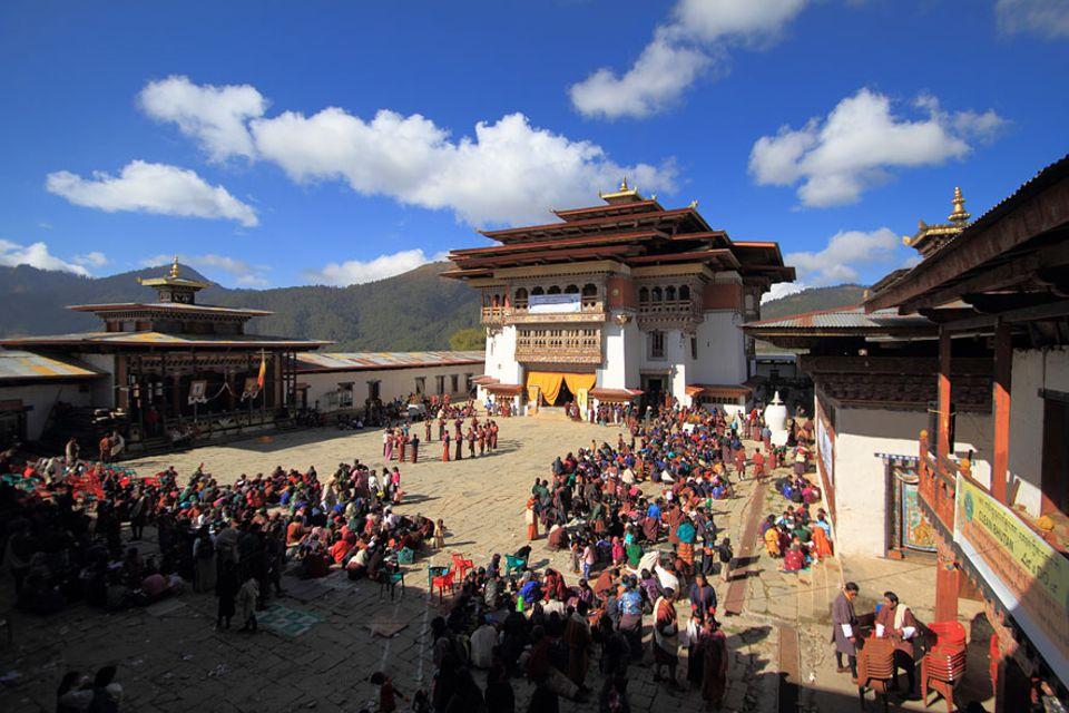 Im Königreich Bhutan, mitten im Himalaja, leben die Menschen streng nach der buddhistische Lehre. Ein Höhepunkt ist das Kranichfest