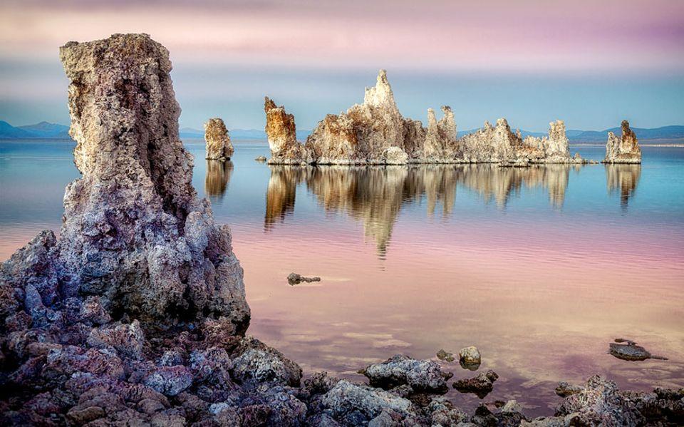 Roadtrip: Dank des hohen Salzgehalts lässt es sich im Mono Lake so gut Zeitung lesen, wie im Toten Meer