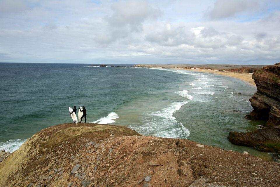 Norwegen: Durch Schneefelder zum Surfspot, das ist für die Wegge-Brüder nicht unbedingt etwas Neues, aber dass es auf Bjørnøya überhaupt surfbare Wellen gibt schon
