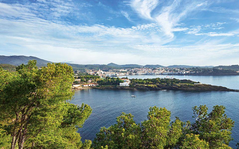 Spanien, Frankreich, Italien: Katalanische Kostbarkeiten: grüne Hänge, helle Häuser und ein Meer aus Indigo
