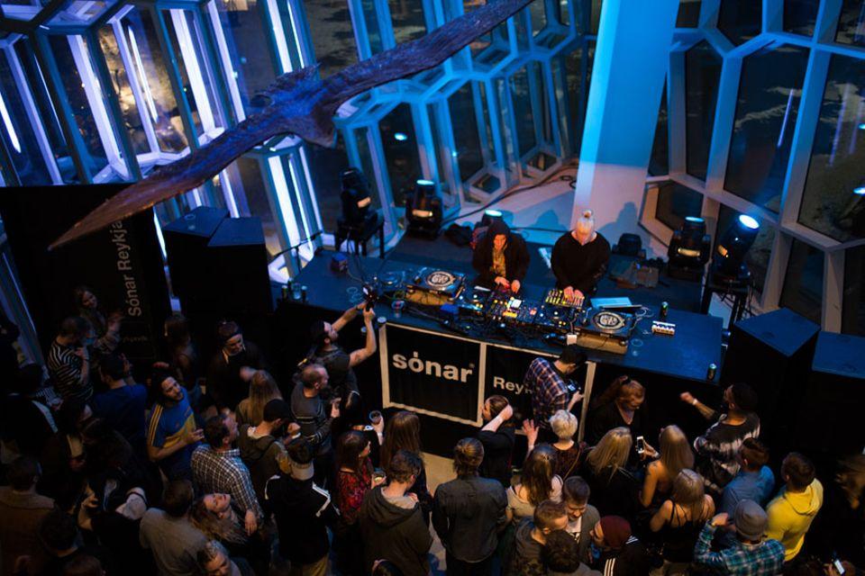 Island: In und um das futuristische Konzerthaus Harpa findet das Sónar Festival mitten im isländischen Winter statt