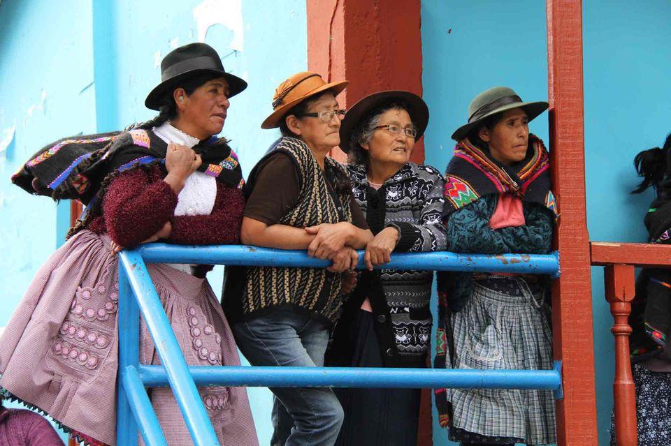 Ruth Cuevas (2.v.li.) ist nach 25 Jahren aus Lima zurück in ihr Bergdorf Laraos gezogen. Aktiv sorgt sie sich um die Zukunft der Bauern im Hochland von Peru