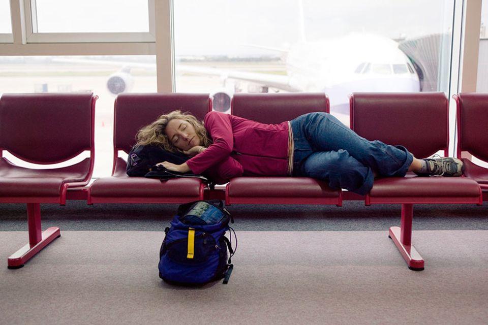 Jetlag: Viele Komponenten entscheiden über die Heftigkeit des Jetlags, zum Beispiel wie ausgeschlafen man die Reise antritt und was man nach der Ankunft isst
