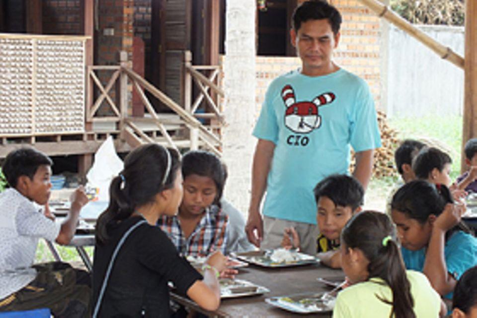 Sitha Toeung (mi.) hat mit seiner Frau eine Organisation gegründet, die ehemaligen Straßenkindern ein neues Zuhause gibt