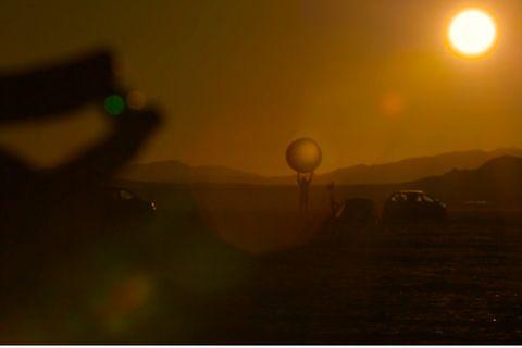 Video: Filmer bauen riesiges Sonnensystem-Modell in der Wüste Nevadas