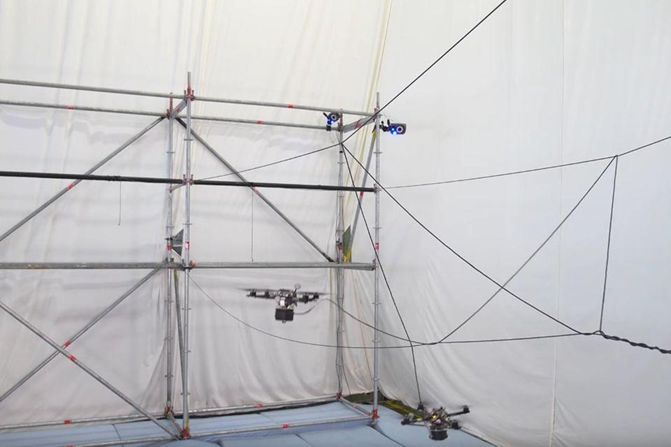 Video: Drohnen bauen begehbare Hängebrücke