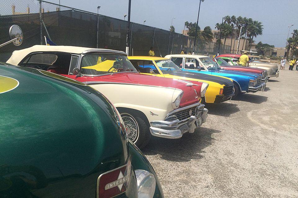 Ausgerechnet auf der Insel, die viele nur vom Blue Curacao Likör kennen, spielen Autos eine ganz große Rolle