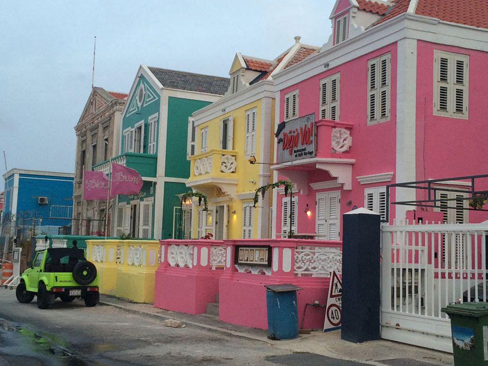 Die Häuser in der Hauptstadt Willemstad bekommen regelmäßig einen neuen Anstrich. 1817 verfügte ein Gouverneur, alle Häuser bunt zu streichen, da ihn das Weiß zu sehr blendete