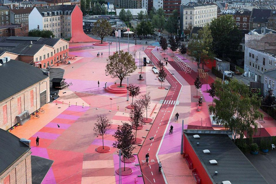 Städtereisen: Auf dem Roten Platz in Superkilen zeigt die dänische Hauptstadt, wie bunt sie ist. Bei der Planung durften Anwohner, die aus mehr als 50 Ländern stammen, mitreden