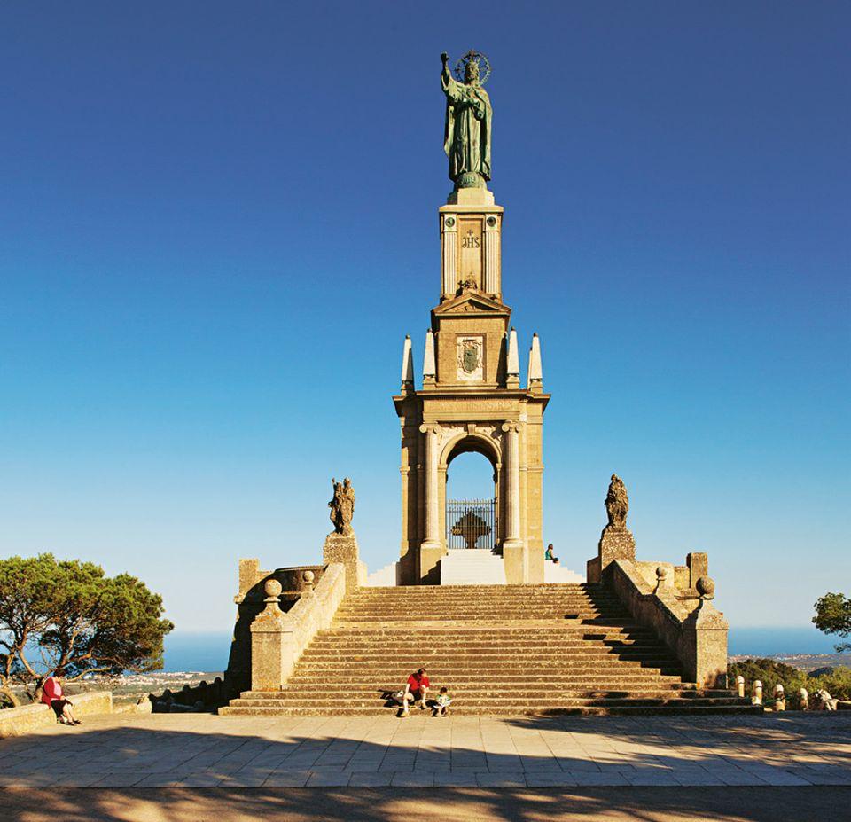 Service: Die Bergfahrt hinauf zur Christusstatue ist mühsam, belohnt aber mit einem herrlichen Blick bis zur Insel Cabrera