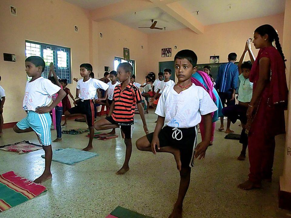 Kleine Yoga-Kids in Bellur. Der tägliche Yoga-Unterricht soll über die Jahre den Charakter der Dorf-Kinder stärken
