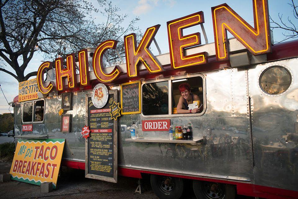 Reisetipps: Ausgefallen ist bei diesem Foodtruck nicht nur der Name. Auch die diversen Hähnchen-Gerichte überraschen mit Vielfalt